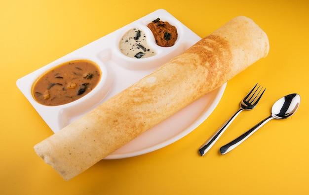 マサラドーサは、サンバーとココナッツチャツネを添えた南インド料理です。セレクティブフォーカス