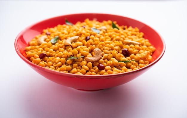 Masala kara boondã или namkeen bundi с кешью, арахисом и листьями карри, индийская закуска, приготовленная из муки безана
