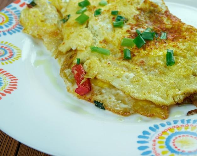 マサラオメレットインディアンスタイル。ムンバイの有名な屋台の食べ物。