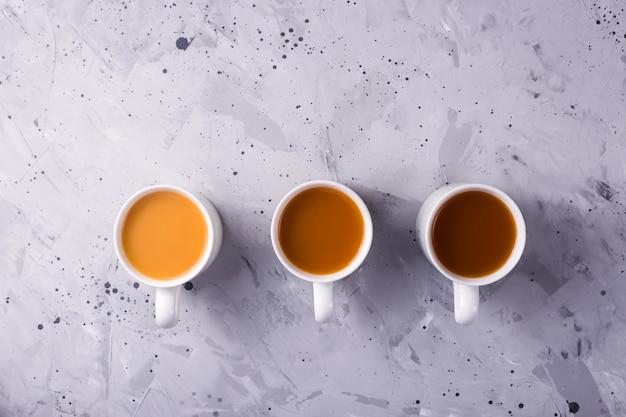 Масала чай или кофе с разным количеством молока и разным цветовым градиентом
