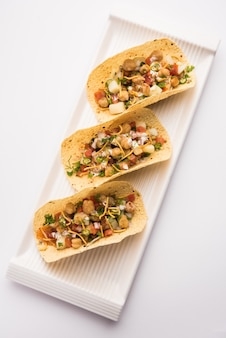 마살라 파파드 타코는 멕시코 타코 스타일로 만든 인도 전채 요리법입니다.