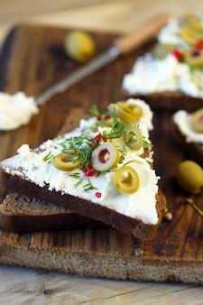올리브와 향신료를 곁들인 마스카 르포 네 샌드위치.