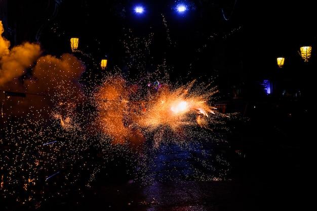 たくさんの煙と火花がある、爆竹と花火がいっぱいのカラフルなmascleta。