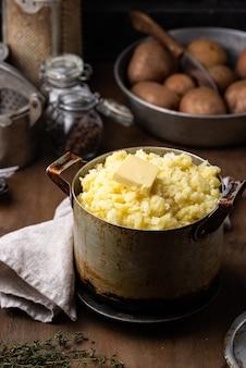 Картофельное пюре в старом старинном горшке