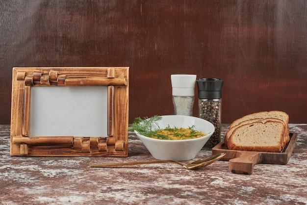 Zuppa di purè di patate alle erbe in una ciotola bianca