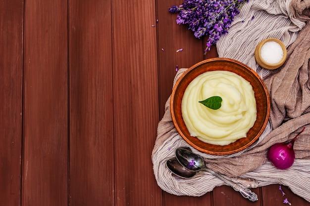 Картофельное пюре в глиняной посуде