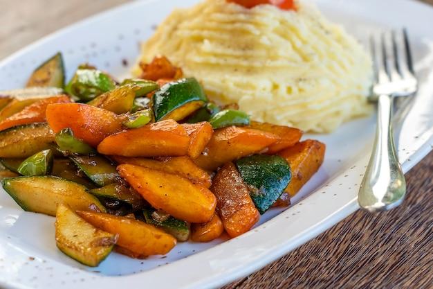 Картофельное пюре с жареными овощами