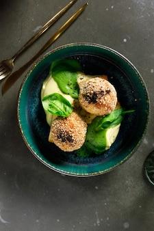 Картофельное пюре с фрикадельками с зеленью и шпинатом