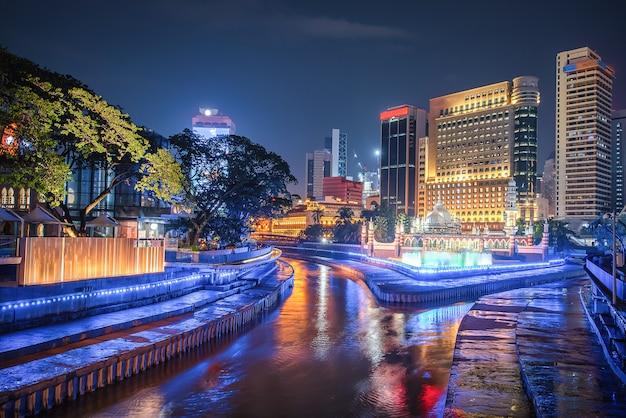 Масджид джамек и голубой бассейн в центре города куала-лумпур ночью в малайзии.