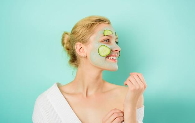 Маска для ухода за кожей спа салон косметические процедуры дерматология красивая девушка с маской по уходу за кожей лица
