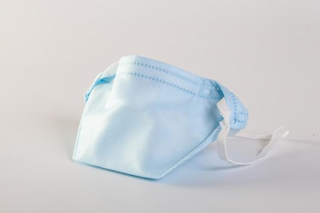 Маска с резиновыми ушными ремешками для защиты рта и носа для защиты от микробов.
