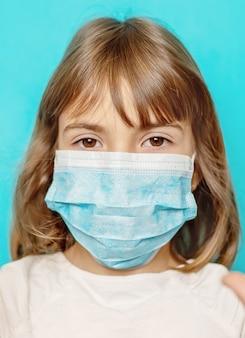ウイルスに対するマスクされた児童保護。セレクティブフォーカス。
