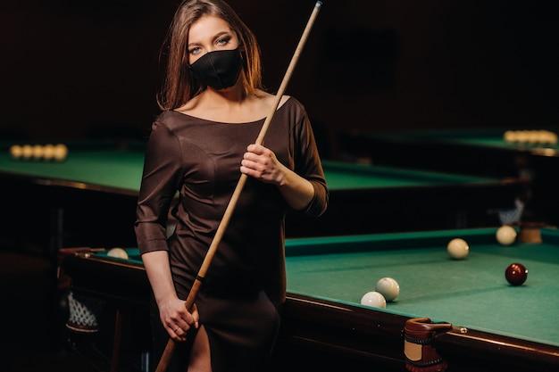 彼女の手に手がかりを持つプールクラブの仮面の少女