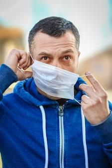 코로나 바이러스와 공기에서 가면을 쓴 남자. 유럽 및 아시아에서 thea 바이러스로 오염 된 pm 2.5 대기로부터 보호
