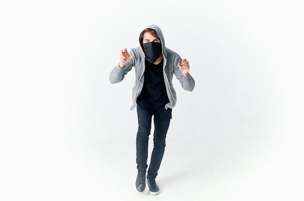 Человек в маске с капюшоном, жестикулирующий руками, кража, гангстерское преступление