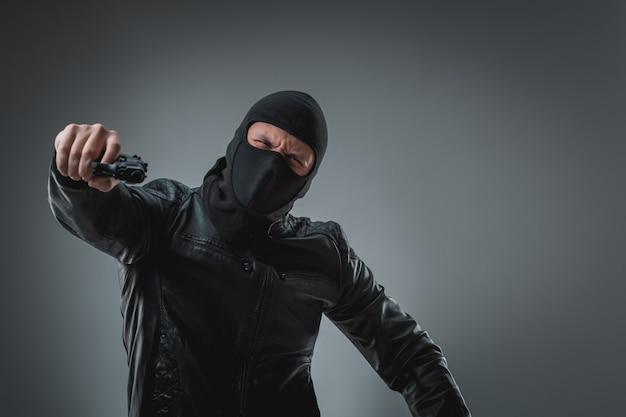 총을 든 가면을 쓴 강도, 카메라를 찾고.