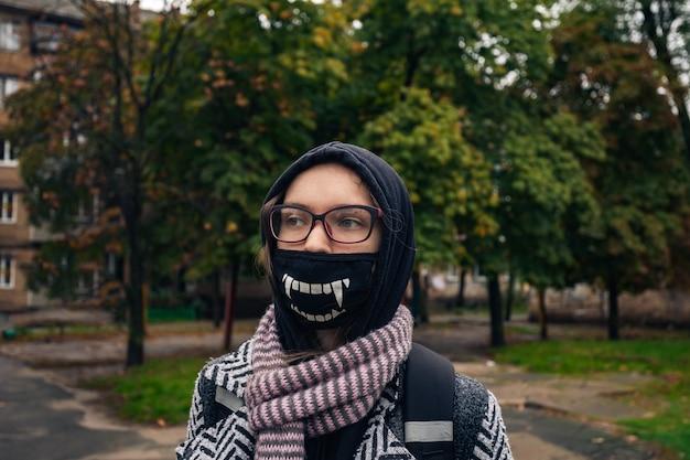 コロナパンデミック中のマスクされた十代の少女
