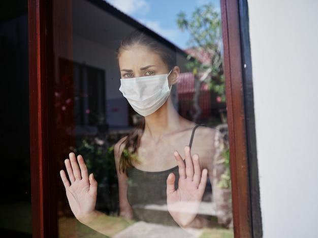 窓の外を見ている仮面の女悲しそうな検疫
