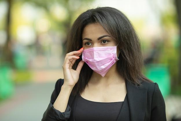 Женщина в маске - защита от вируса гриппа. афро - американская женщина носить маску для защиты.