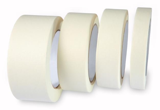 Малярный скотч - бумажный скотч креппа, малярный скотч кремово-белый, четыре рулона на белом фоне, горизонтальный снимок без тела.