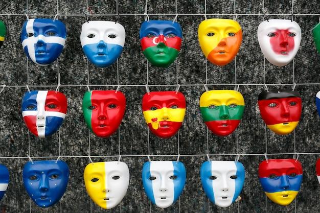 世界中の国の国旗の形をしたマスク