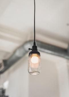 Лампочка кувшина мэйсона свисает с потолка