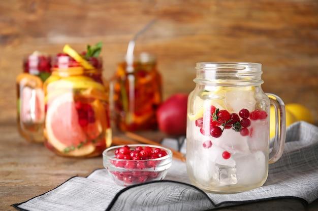 얼음 조각, 크랜베리와 레몬 테이블에 메이슨 항아리