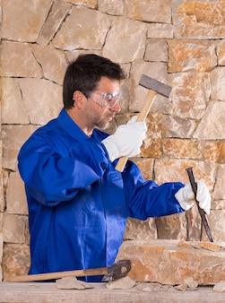 Каменщик масон каменщик человек с молотком работает
