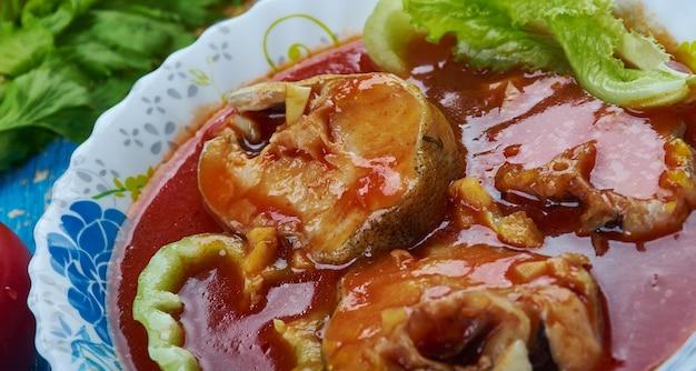 Масор тенга, карри из кислой рыбы, ассамская кухня юго-восточная азия традиционные блюда-ассорти, вид сверху.