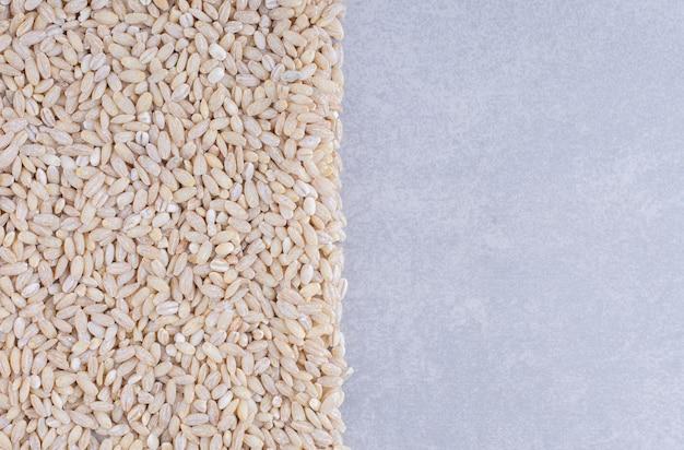 대리석 표면에 깔끔하게 배열 된 쌀 덩어리