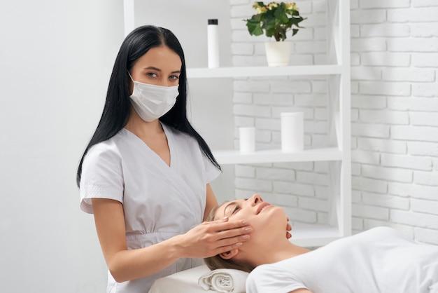Массаж лица для улучшения кожи с помощью специальной косметики.