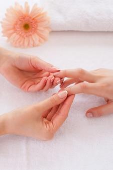 Массаж для пальцев. крупный план массажиста, массирующего пальцы клиентки