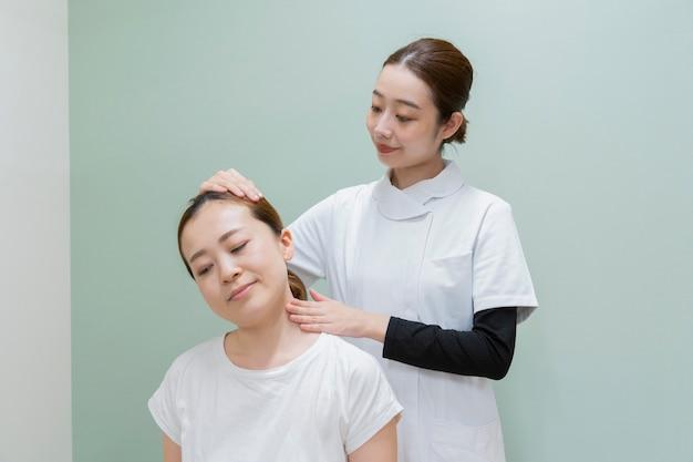 首の肩のマッサージ