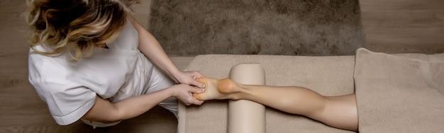 Массаж стопы человека в спа салоне - изображение мягкого фокуса.