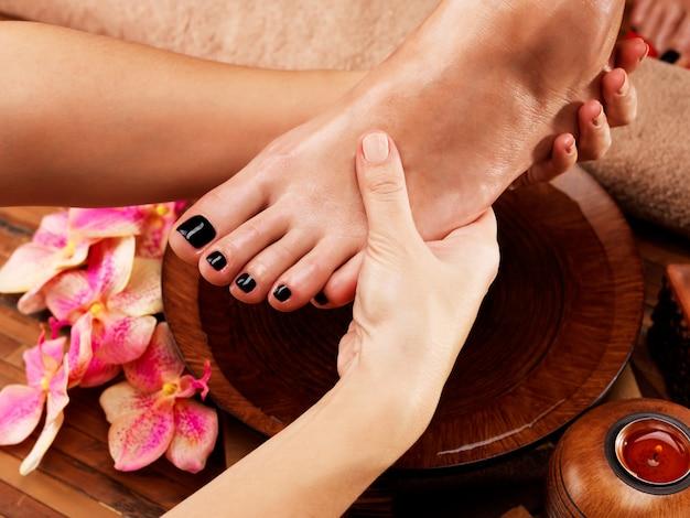 스파 살롱에서 여성의 발 마사지-미용 치료 개념