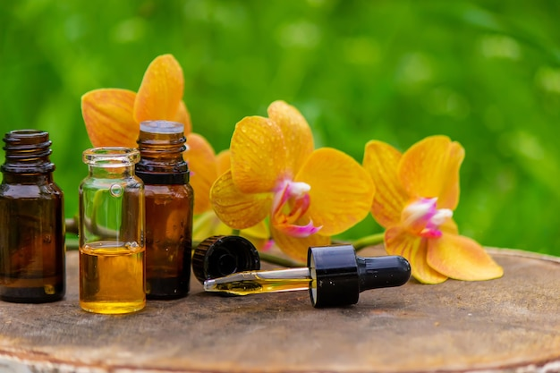 Масло для массажа и камни с желтой орхидеей