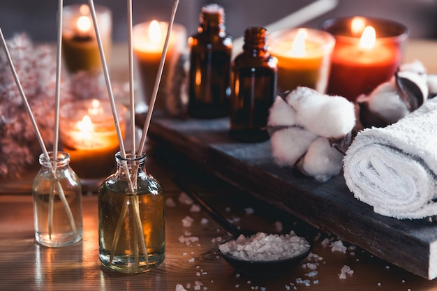 Масло для массажа и дзен-камни. мелкая глубина резкости