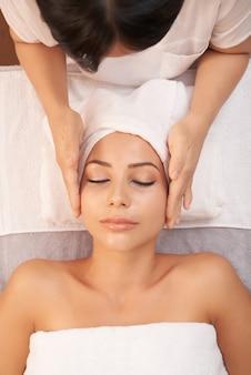 顔のマッサージ療法