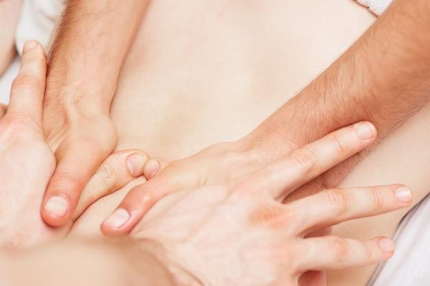 네 손으로 마사지합니다.