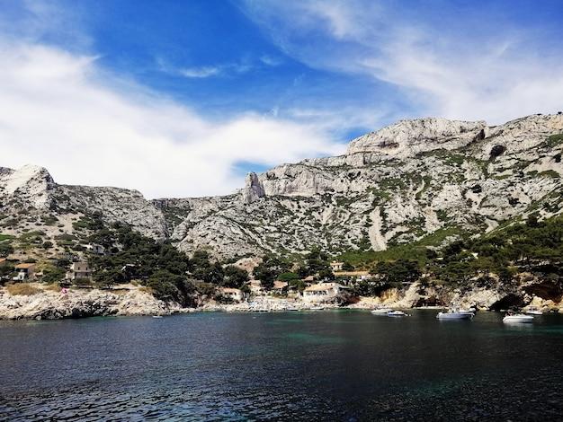 フランスのマルセイユの海に囲まれた緑に覆われたカシフ山群