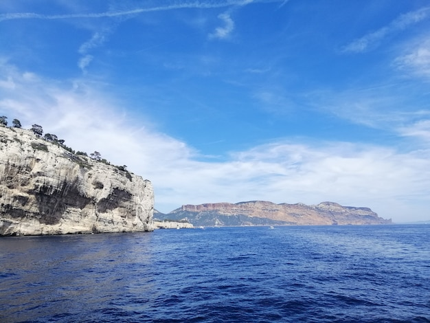 프랑스의 푸른 하늘과 햇빛 아래 바다로 둘러싸인 massif des calanques
