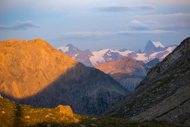 Massif des ecrinsフランス。日の出、雄大な峰と氷河、劇的な風景のカラフルな空。