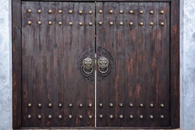 和風の巨大な木造門。
