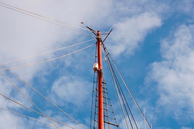 帆船のマスト、帆とロープ