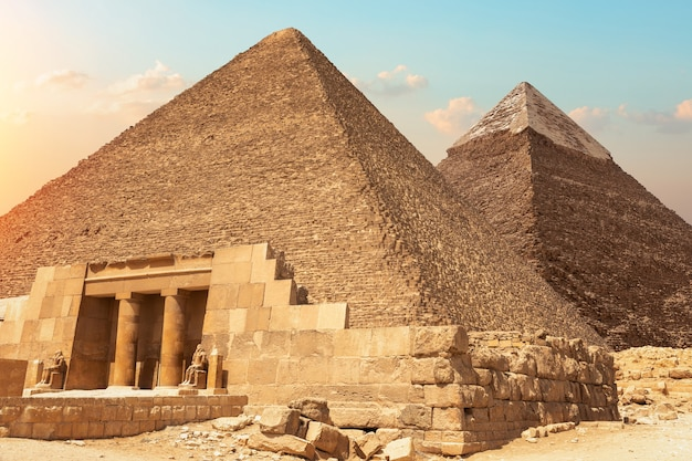 Seshemnefer iv의 mastaba와 이집트 기자의 피라미드.