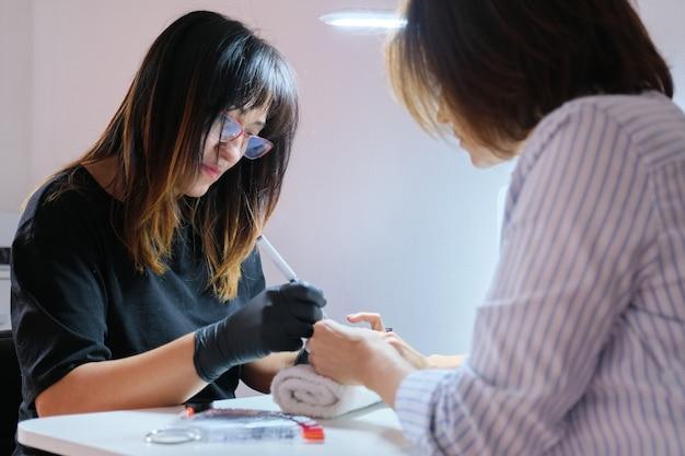 爪に美容師の絵画アートデザインをマスターします。