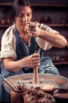 マスター陶芸家がろくろに土鍋を作る