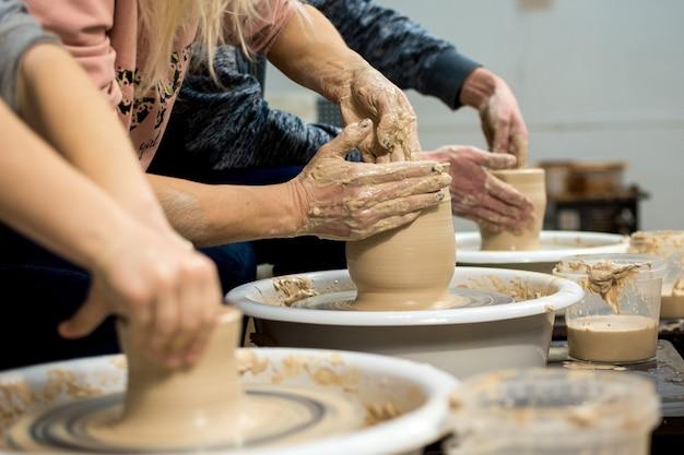 Мастер-класс по лепке из глины на гончарном круге в гончарной мастерской.