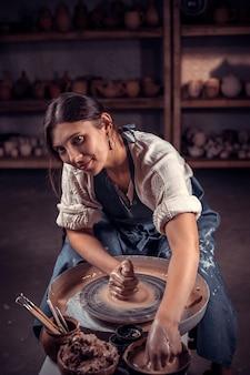 Мастер-класс по лепке из глины на гончарном круге в гончарной мастерской Premium Фотографии