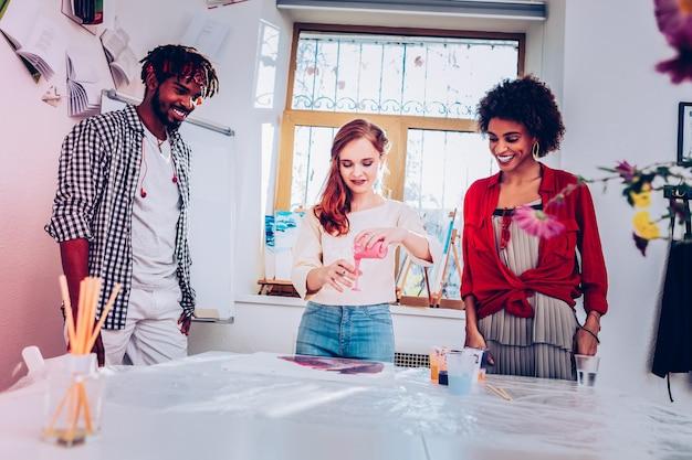 마스터 반. 대리석 페인팅에서 흥미로운 마스터 클래스를 제공하는 빨간 머리 전문 아티스트